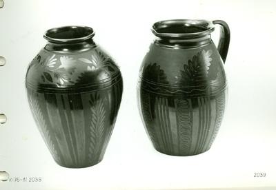 Fekete kerámia /öblös váza és egy füles fazék/