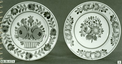 Kerámia /festett matyó tányér: 2 gömbölyű rózsa kosárban, 1 szál rózsa szekfűvel/