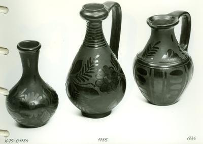 Nádudvari fekete kerámia /virágos váza, egy füles bütykös nyakú váza, egy fülű virágos váza/
