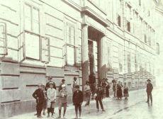 Gyerekek a Ciszter Gimnázium előtt
