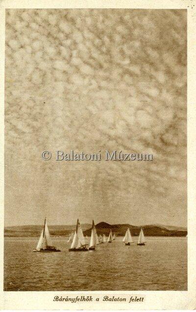 Bárányfelhők a Balaton felett.