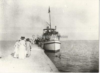 Gőzhajó a kikötőben