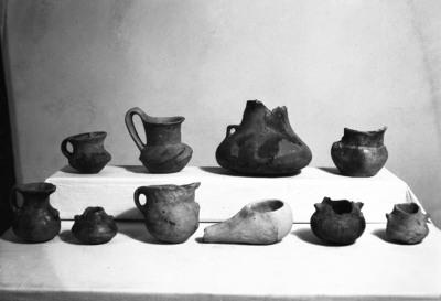 Bronzkori edények és neolit mécses