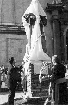 Fotó, Pápa, szoboravatás