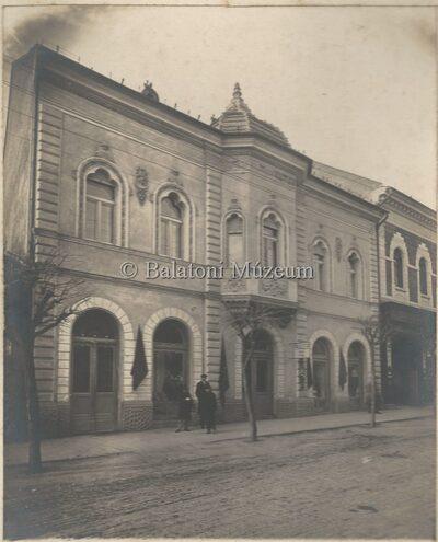 Keszthely, Kossuth utca közepe, volt Keravill