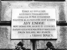 Emléktábla az egykori Angol királynő szálloda épületének falán Debrecen 1957.