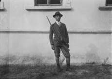 Férfi vadászöltözetben, vadászpuskával