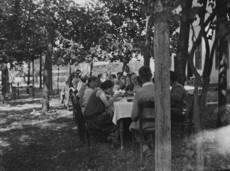 Ebédelő kirándulók