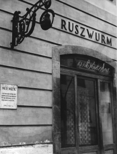 Ruszwurm Cukrászda védett berendezése, Budapest, cégér