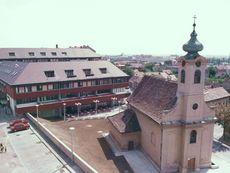 Templom és lakóház a Xavér tömbben