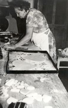Sötényi Józsefné mézeskalács készítő munka közbe, fénykép