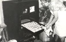 Sötényi Józsefné mézeskalácssütő munkában, fénykép