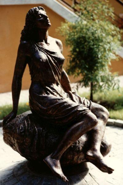 Napfürdőző szobor