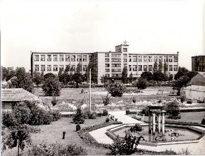 Tisza Cipőgyár gyárépület és belső park