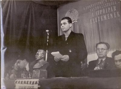 Óvári Gyula szónokol a pártünnepségen
