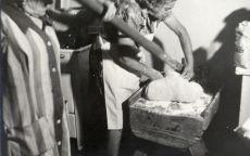 Sötényi Józsefné mézeskalácsos munka közben, fénykép