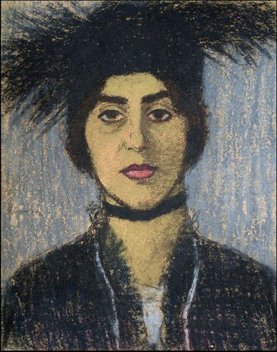 Nő fekete strucctollas kalapban