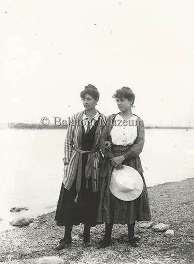 Két nőalak a Balaton-parton