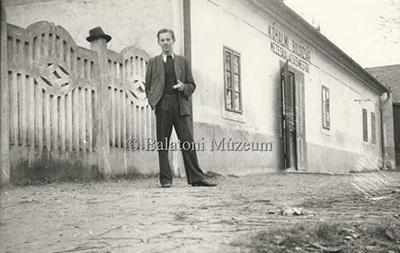 Kőhalmi Géza - Kőhalmi Boldizsár mézeskalács mester üzlete előtt