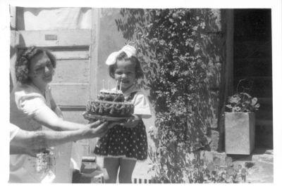 Németh Ibolya 4 éves kori szülinapi tortája, Budapest, 1959