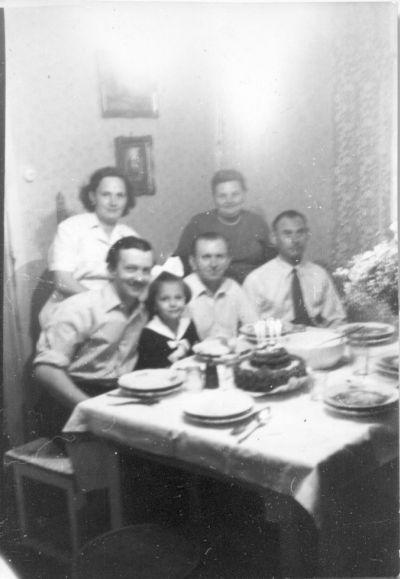 Németh Ibolya 4. születésnapján papája (, Németh József cukrászmester) tortájával, Budapest, 1960