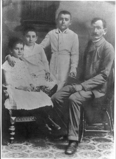 Avramovics György cukrász három gyermekével, Szászváros, 1890-es évek