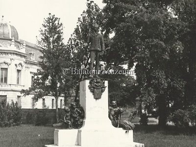 Festetics György szobra a kastélyparkban