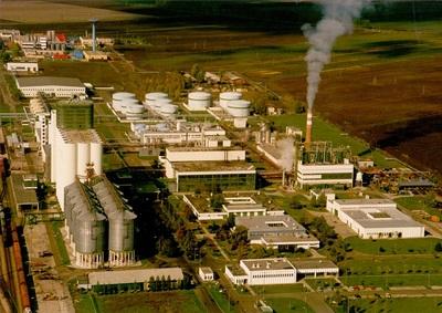 Növényolajgyár és sörgyár légi felvételen