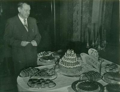 75 éves a Dobostorta - Az ünnepi asztalnál Dobos C. József unokája, Budapest, 1960