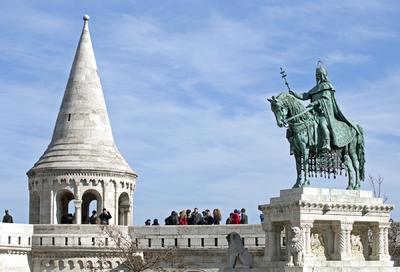 Szent István szobra és a Halászbástya egy tornya