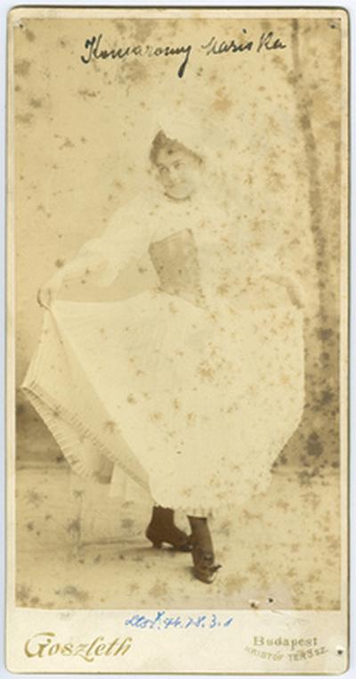 Komáromi Mariska színésznő jelmezben