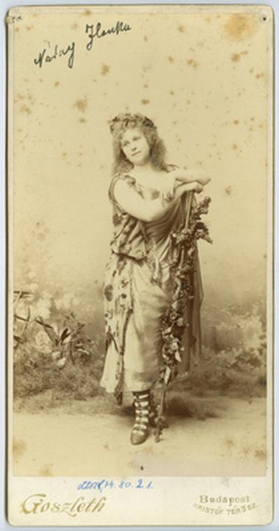 Náday Ilona színésznő jelmezben