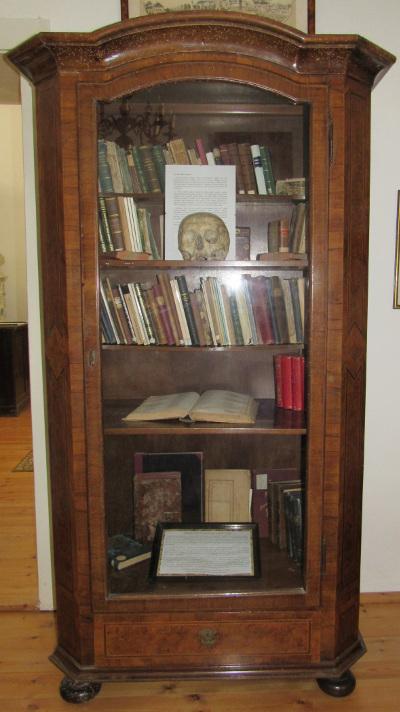 Kisfaludy Sándor könyves szekrénye