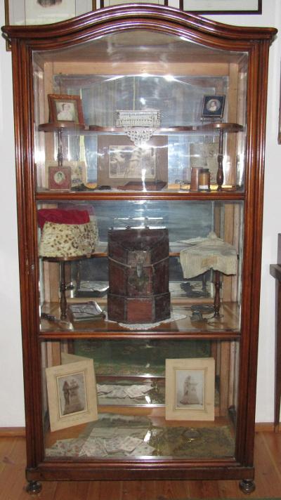Kisfaludy Sándor vitrines szekrénye