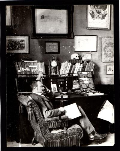 Darnay Kálmán íróasztalánál