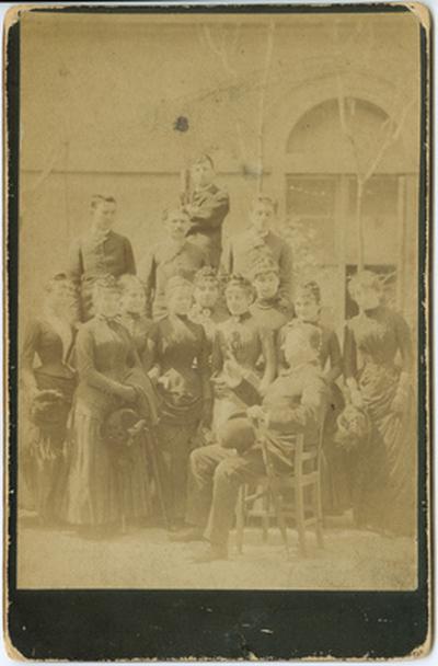 Színinövendékek (köztük Lukács Júlia) a régi Nemzeti Színház udvarán, Újházy Edével, más felállásban