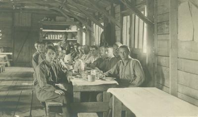 Foglyok uzsonnáznak a barakkban, köztük Juhász Géza