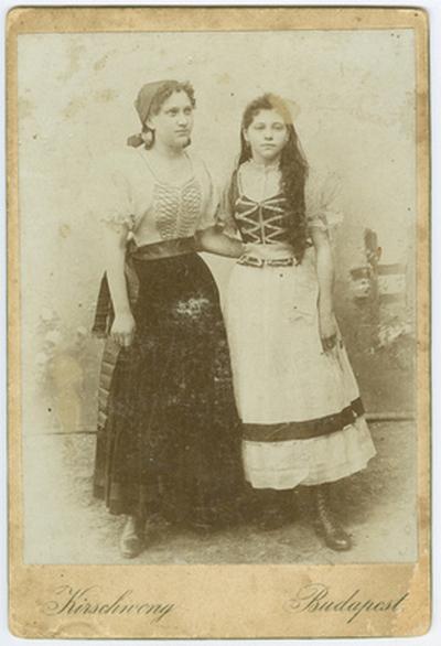 Varga Jolán társnőjével magyar jelmezben, egyetemi műkedvelő előadáson