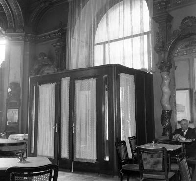 A New York szálloda és kávéház bejárata