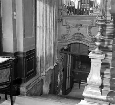 Az alagsorba vezető lépcsők a New York szálloda és kávéházban