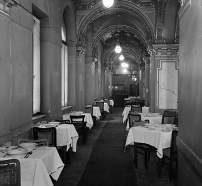 Folyosó, terített asztalokkal a New York kávéházban