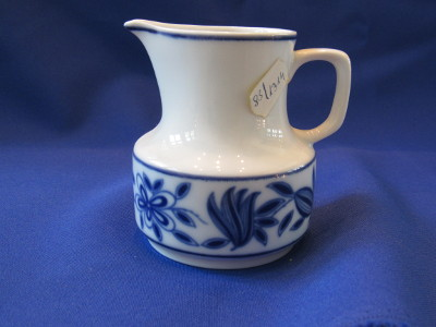 197. Tejkiöntő, porcelán
