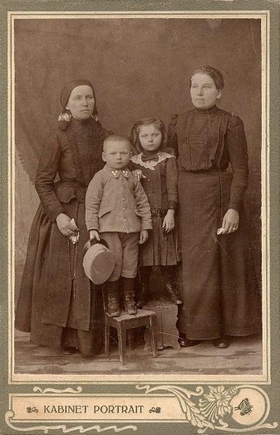 Murányi Andrásné rimaszécsi lakos képe családjával