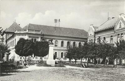 Karcag - Petőfi-szobor a gimnáziummal