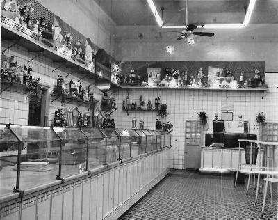 13704. számú Élelmiszerbolt belső, fénykép