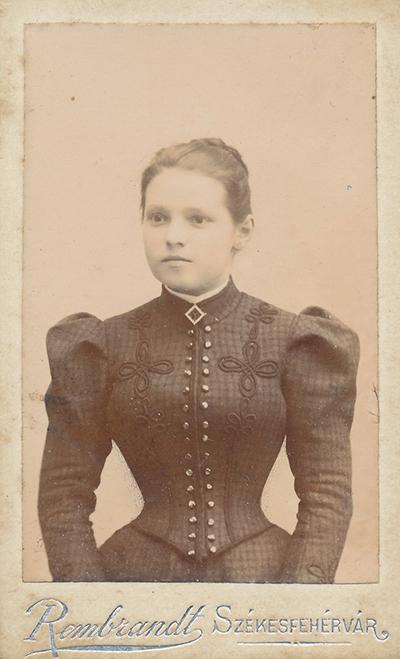 Fiatal hölgy zsinórozott polgári ruhában