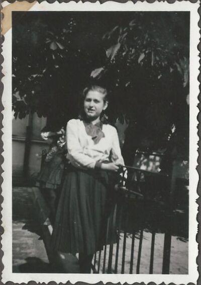 Pintér Irén az intézet udvarán