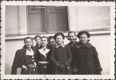 Pintér Irén osztálytársakkal