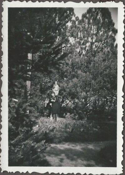 Egy lány a rendalapító szobra előtt