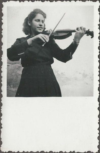 Lány hegedűvel